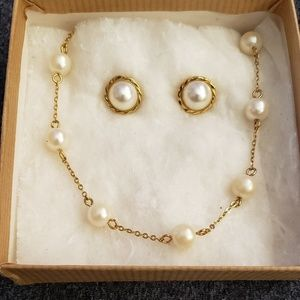 Pearl necklace w/ toggle clasp & earring set